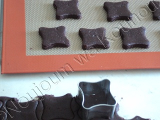 Boules de cacahuètes sur sablés chocolatés avec emporte-pièce carreau boules19.jpg