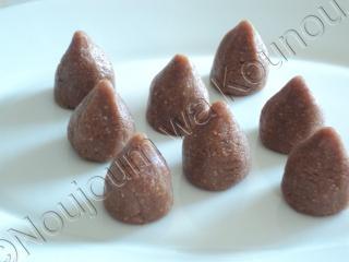 Boules de cacahuètes sur sablés chocolatés avec emporte-pièce carreau boules20.jpg