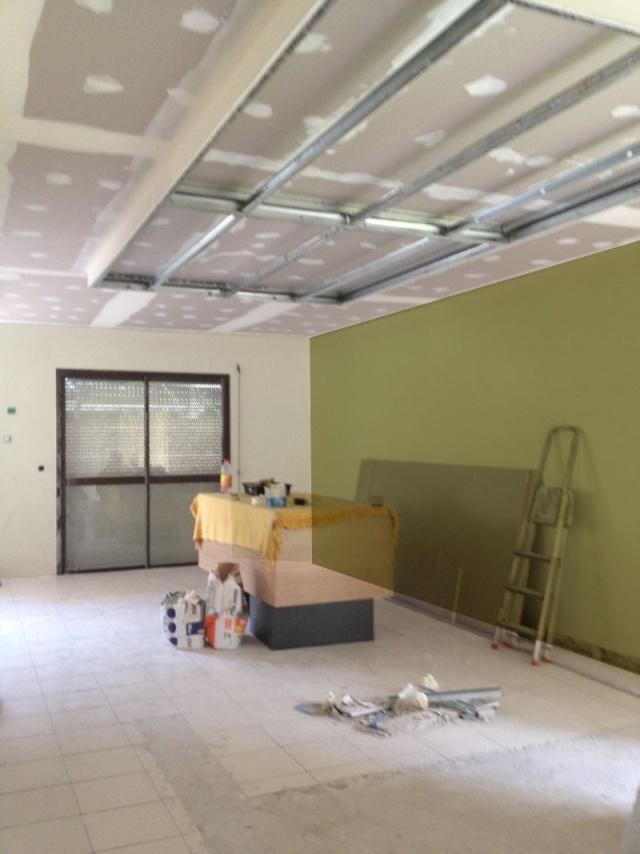 Peintures pour un salon et une cuisine avec un sol gris for Peinture pour un salon