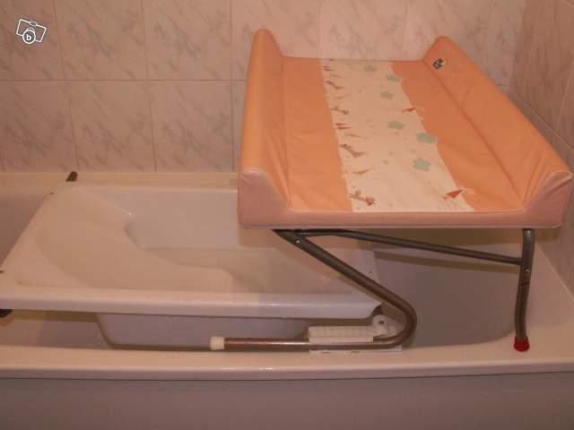 Plan à langer adaptable sur baignoire